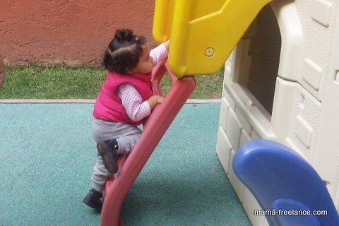 niña subiendo escaleras